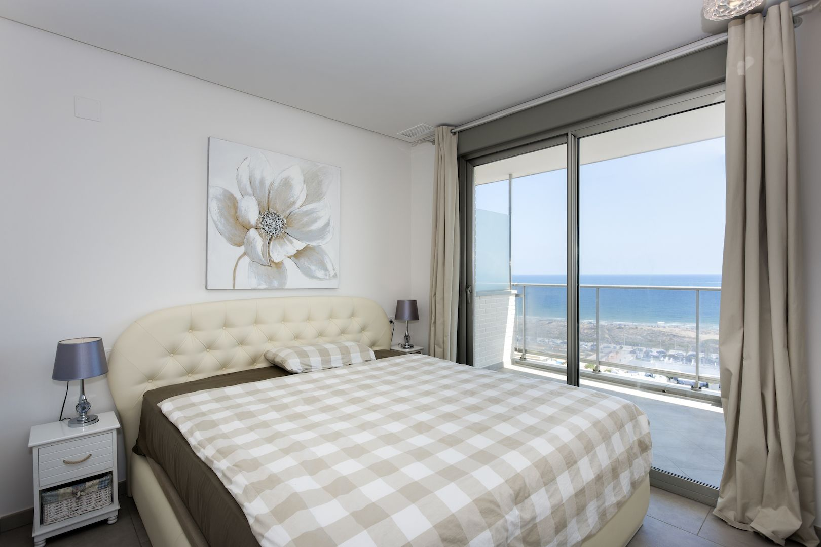 Flats and penthouses of 2, 3 and 4 bedrooms a few meters from the sea in Arenales del Sol. 1