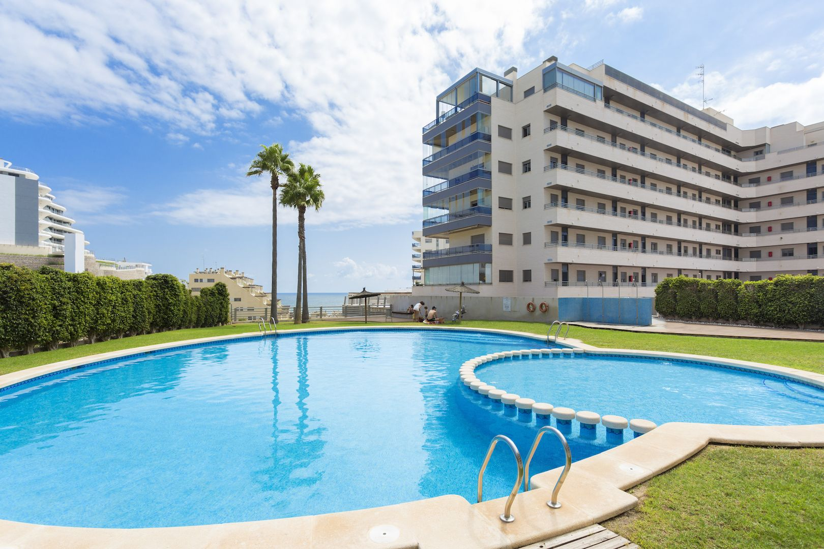 Flats and penthouses of 2, 3 and 4 bedrooms a few meters from the sea in Arenales del Sol. 14