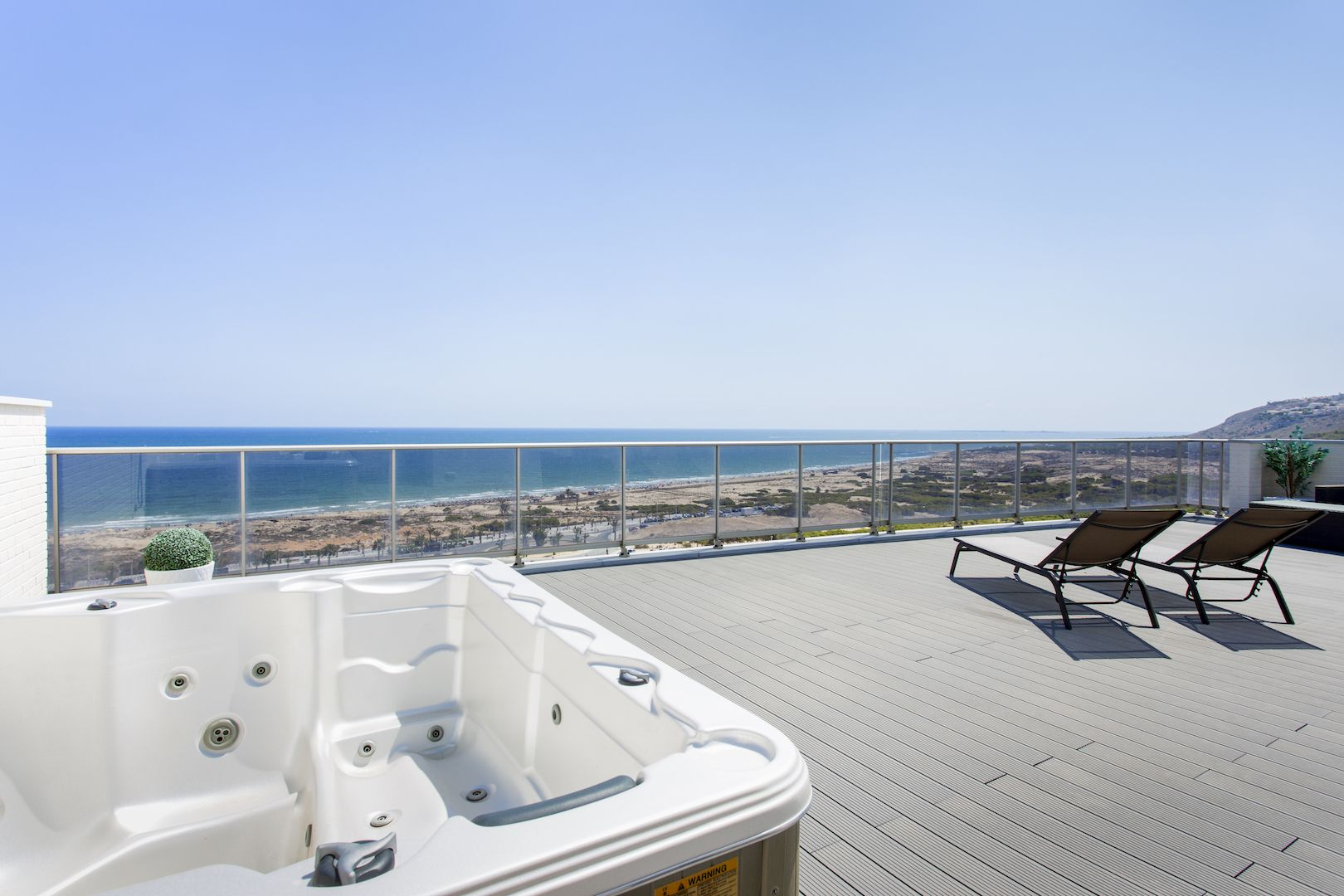 Flats and penthouses of 2, 3 and 4 bedrooms a few meters from the sea in Arenales del Sol. 5