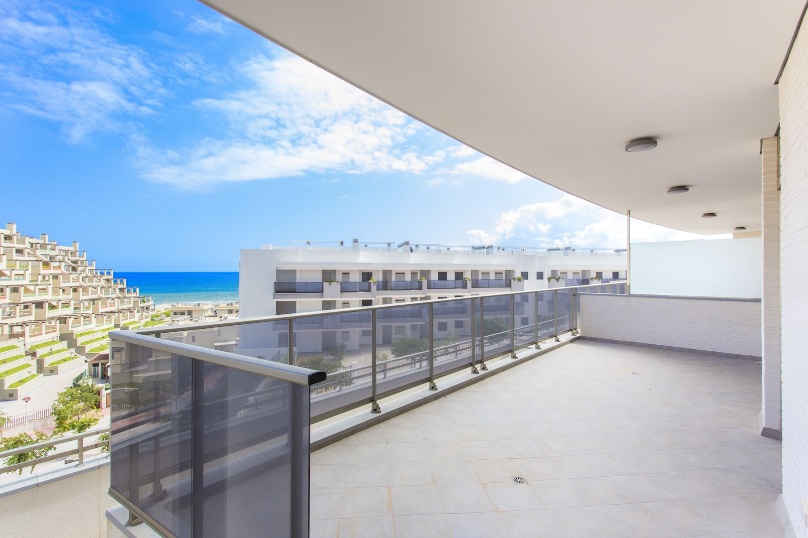 Flats and penthouses of 2, 3 and 4 bedrooms a few meters from the sea in Arenales del Sol. 7