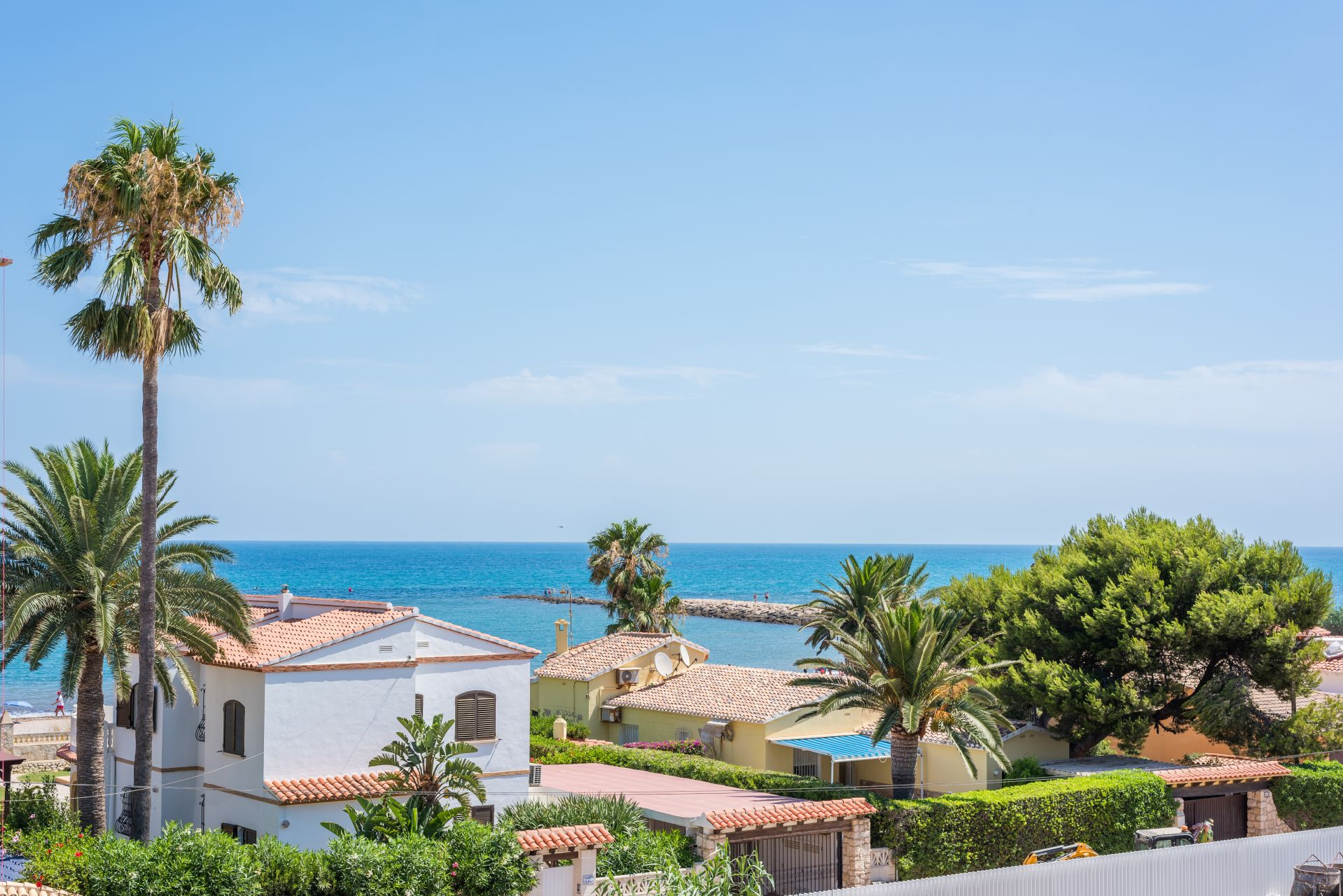 Denia Beach - 1, 2 and 3 bedroom apartments with terrace overlooking the sea or with views over the Montgó mountain, at the beach of La Almadraba beach 36