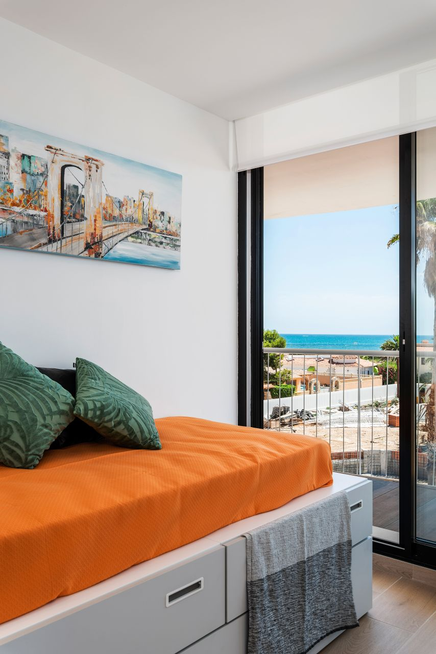Denia Beach - 1, 2 and 3 bedroom apartments with terrace overlooking the sea or with views over the Montgó mountain, at the beach of La Almadraba beach 25