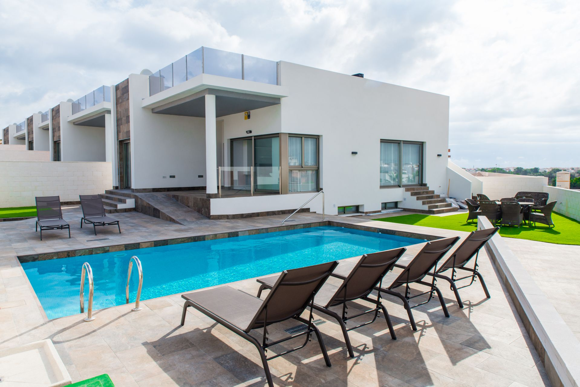 Villa with 3 bedrooms and 3 bathrooms, on a separate plot with pool and solarium. 1