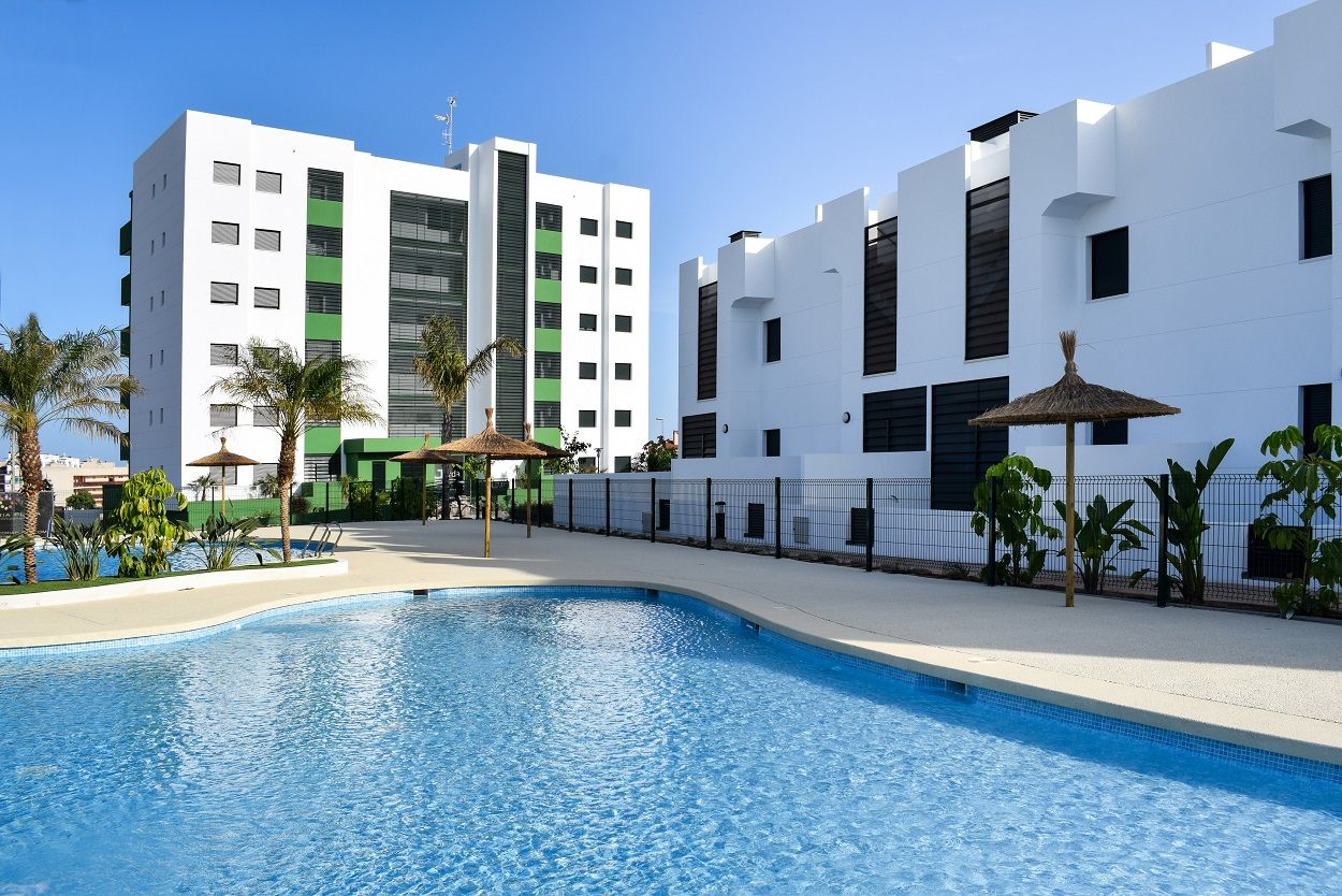 Top floor corner townhouse with 2 bedrooms and 2 bathrooms in Mil Palmeras with communal pool and large terraces 10 minutes walk from the beach 1