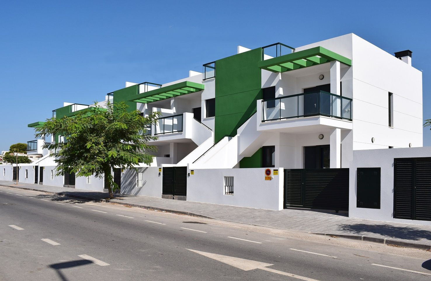 Top floor corner townhouse with 2 bedrooms and 2 bathrooms in Mil Palmeras with communal pool and large terraces 10 minutes walk from the beach 2