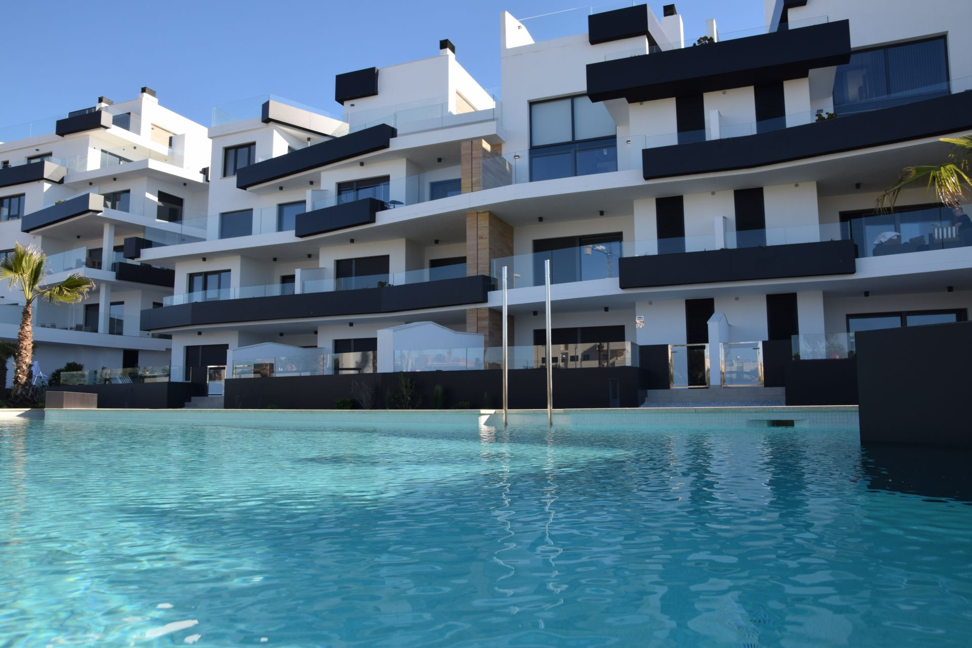 2 and 3 bedroom apartments in complex with pool in Orihuela Costa 2