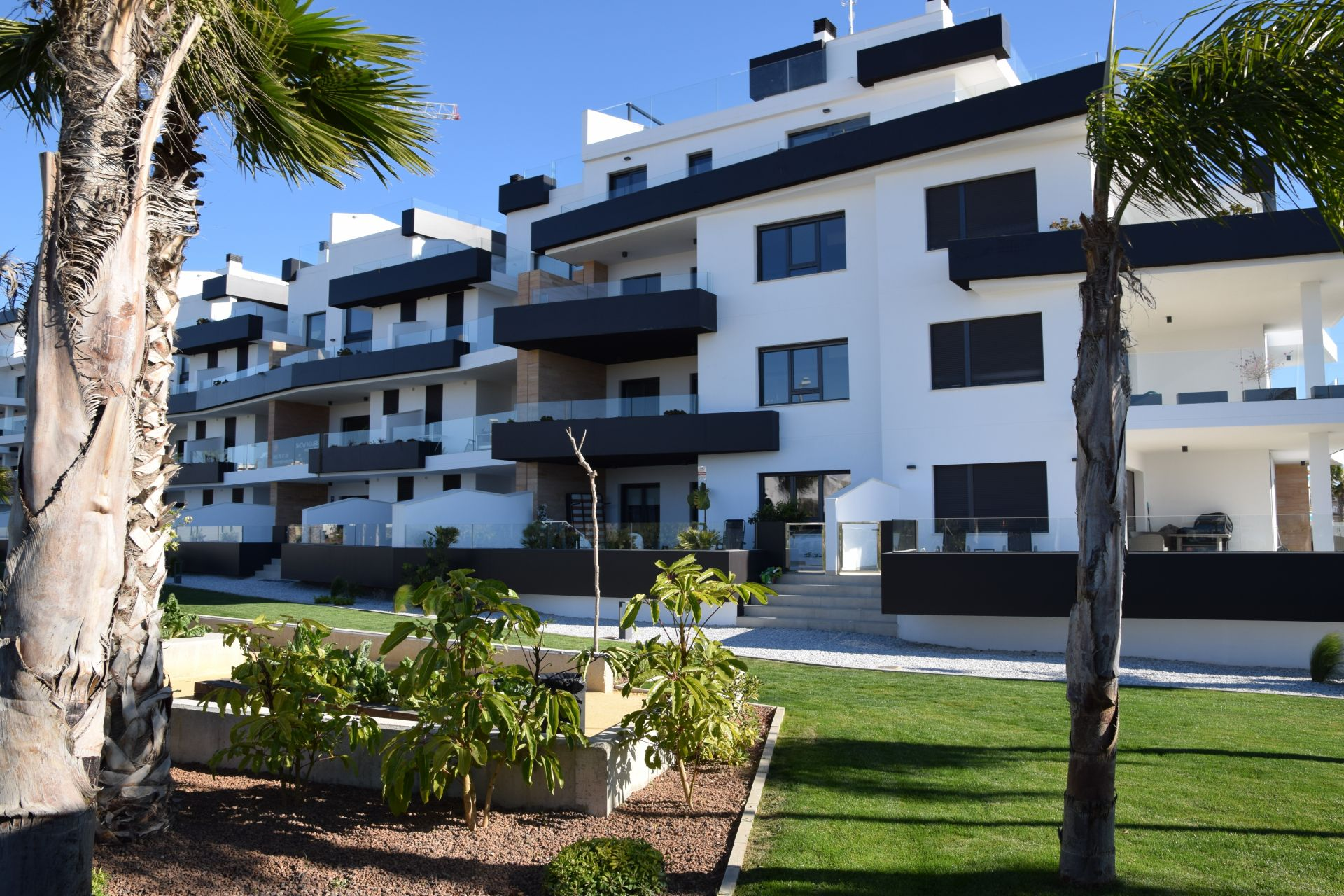 2 and 3 bedroom apartments in complex with pool in Orihuela Costa 3