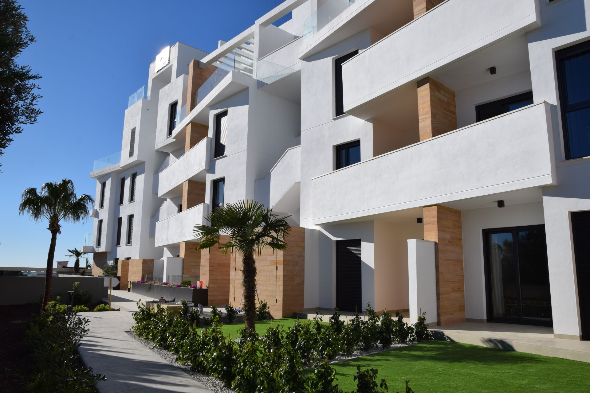 2 and 3 bedroom apartments in complex with pool in Orihuela Costa 6