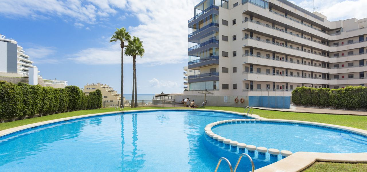 Flats and penthouses of 2, 3 and 4 bedrooms a few meters from the sea in Arenales del Sol. 4