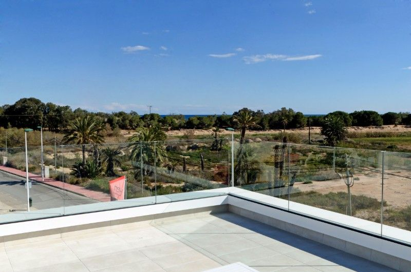 3 bedroom villa with garden and pool in La Marina. 8