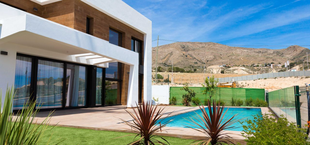 Villa with 3 bedrooms and 3 bathrooms with solarium, on private plot with pool, garden and parking. 1