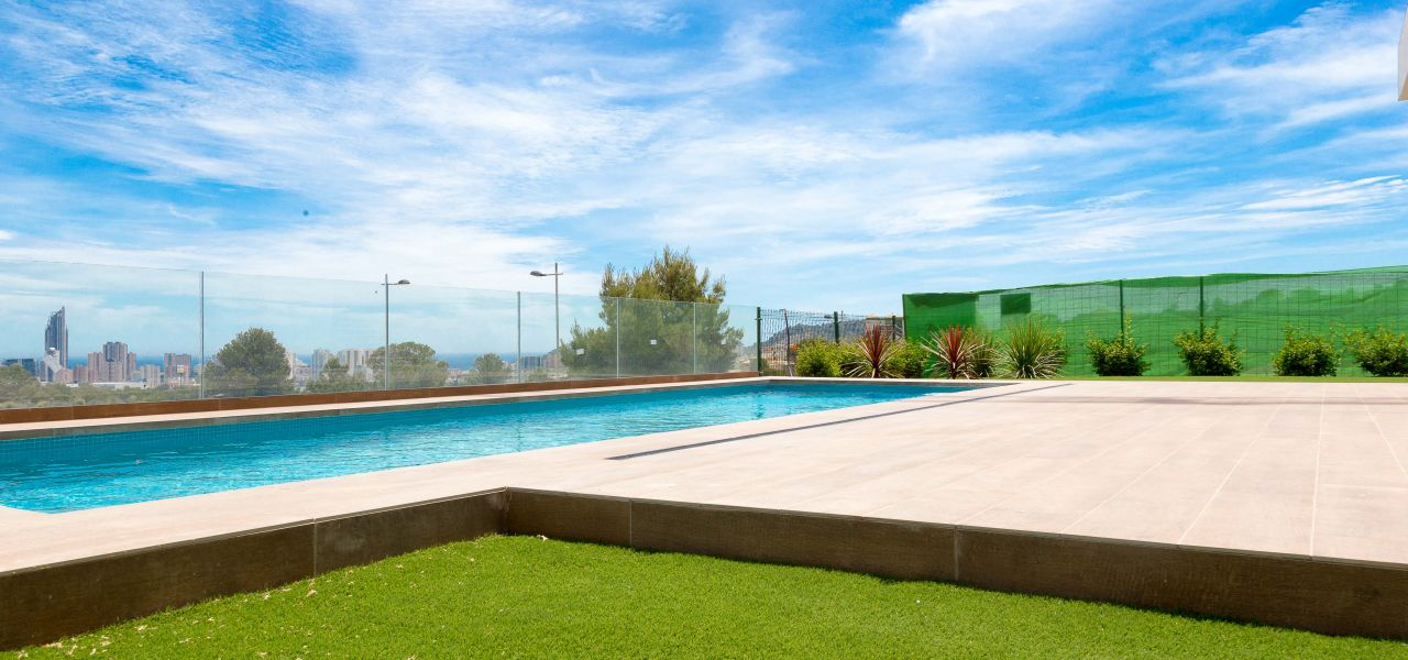 Villa with 3 bedrooms and 3 bathrooms with solarium, on private plot with pool, garden and parking. 2