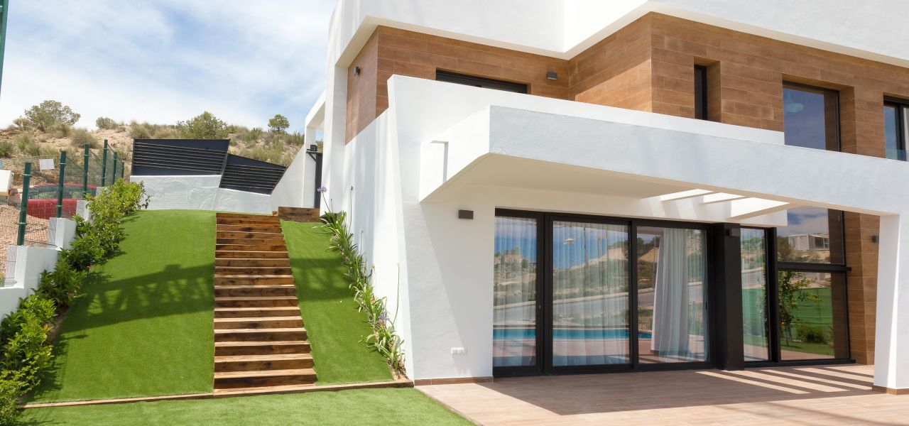 Villa with 3 bedrooms and 3 bathrooms with solarium, on private plot with pool, garden and parking. 3