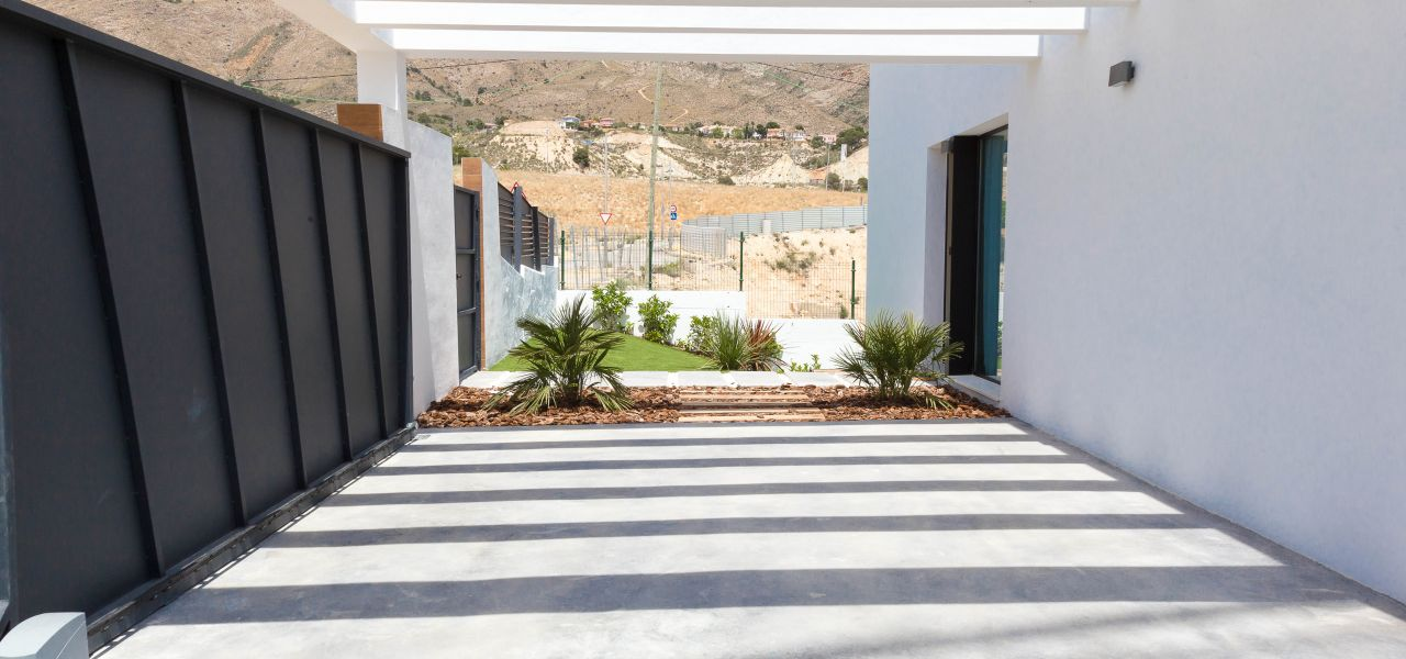 Villa with 3 bedrooms and 3 bathrooms with solarium, on private plot with pool, garden and parking. 4